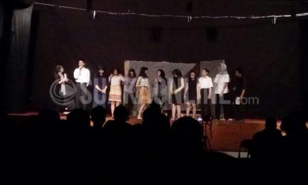 Para pemeran dalam teater bertema pelacur dan sang presiden sedang memperkenalkan diri pada gelaran teater Reatikal Teater Titik, di Telkom University, Rabu (22/2/2017). (Rezky Nabil Adam Harahap/ Magang)