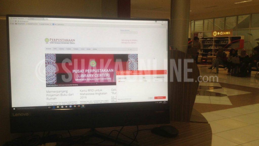 Komputer perpustakaan UIN SGD Bandung memasang software yang menditeksi flashdisk dan memblokir data didalamnya. Hal ini bertujuan agar komputer aman dari virus yang dibawa oleh flashdisk pengunjung perpustakaan, Selasa (21/2/2017). (Putri Ayu Delia Kusumawardani /Magang)