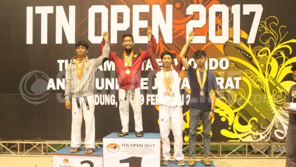 Peraih pertama medali emas, M. Syauqi Nawawi dari unit Taekwondo UIN Bandung pada malam penutupan pertama turnamen Taekwondo antar unit se-Jawa Barat Intitut Taekwondo Nusantara (ITN) 2017. Di Gor Padjajaran, Sabtu (18/2/2017). (Yuliawati /Magang)